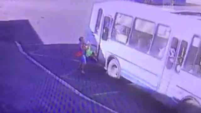 В Норильске автобус протащил по земле зажатую дверью девочку: видео
