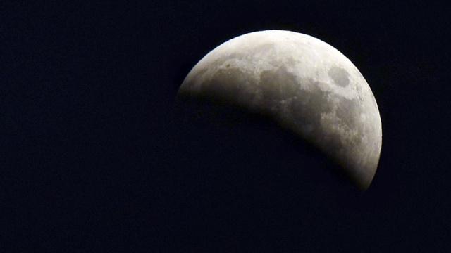 В понедельник россияне смогут наблюдать красную Луну