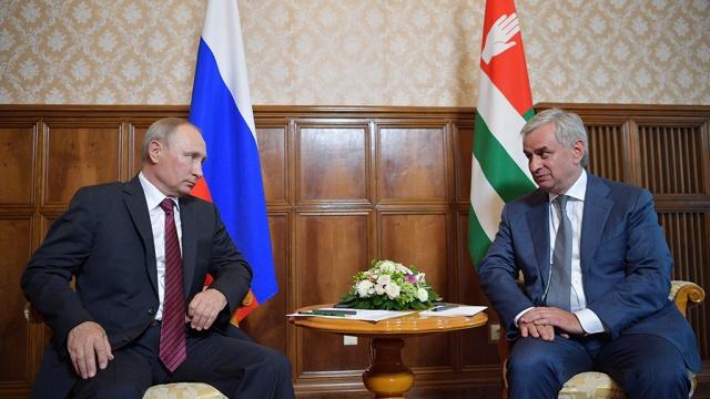 НАТО сожалеет о визите Путина в Абхазию