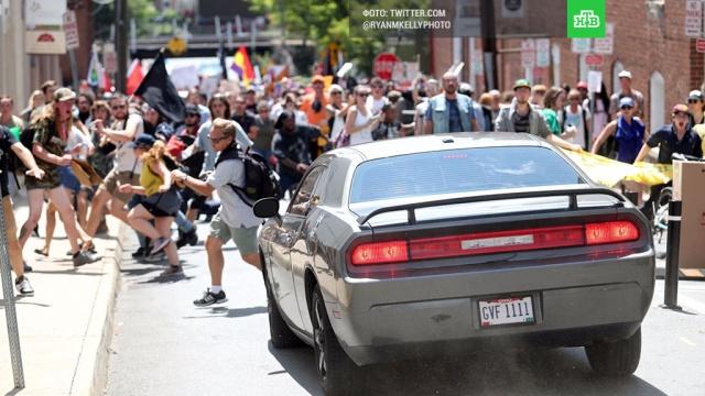 Автомобиль протаранил толпу демонстрантов в американском Шарлотсвилле: видео