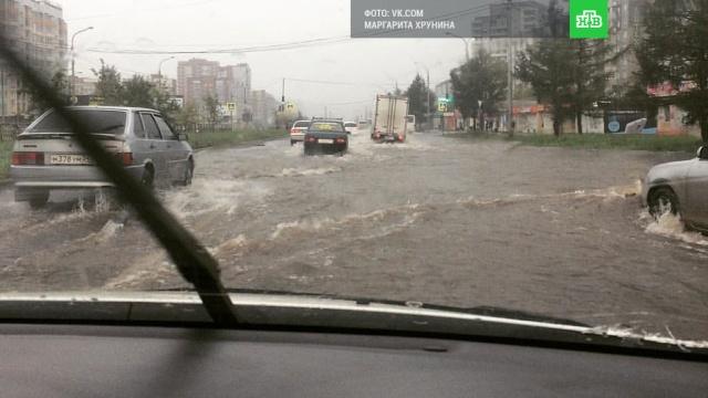 После продолжительного ливня дороги Красноярска превратились в бурные реки