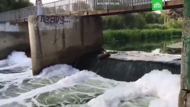 Экологи проверяют химический состав густой пены в реке Яузе в Москве