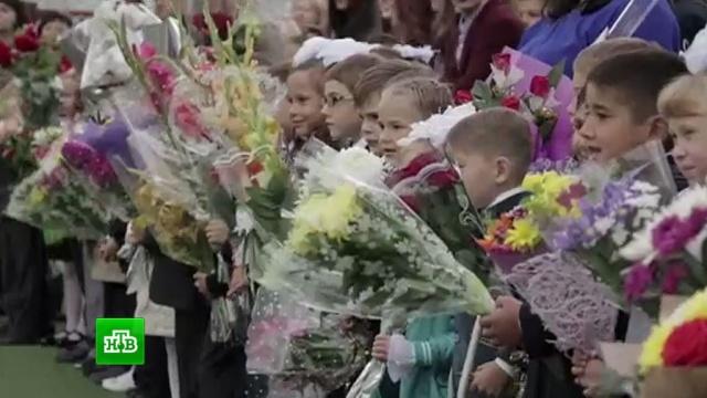 День знаний: школьники с цветами спешат на торжественные линейки