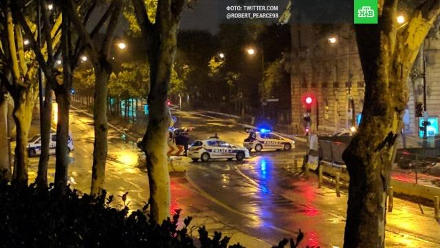 Полиция задержала бородатого мужчину у Эйфелевой башни в Париже