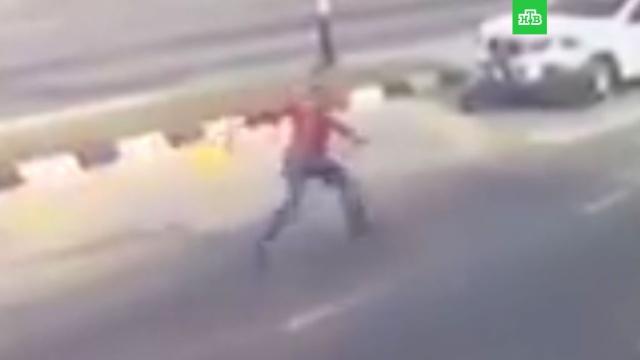 тайский человек-паук спас байкера из-под колес машин видео