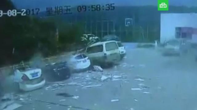 бетонная ограда раздавила машин китае видео