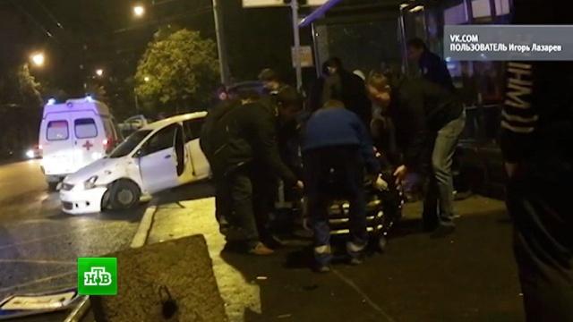 В Петербурге неуправляемая иномарка сбила на остановке трех пешеходов