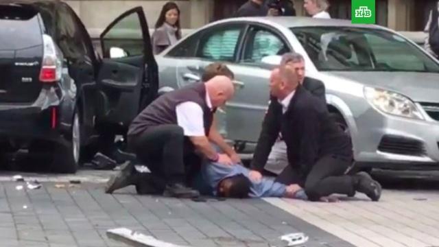 Автомобиль наехал на людей у музея в Лондоне, есть пострадавшие