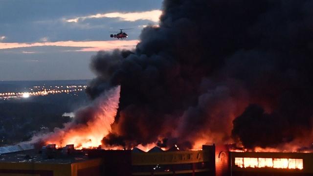 Названа стоимость горящего в Москве торгового центра Синдика