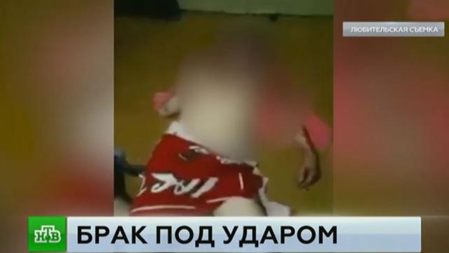 Житель Башкирии устроил показательное избиение неверной жены перед камерой