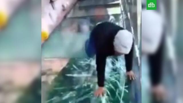 Трескающийся мост заставляет туристов в Китае седеть от ужаса: видео