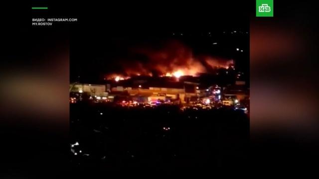 Работники горящего в Ростове-на-Дону рынка пытаются спасти товар