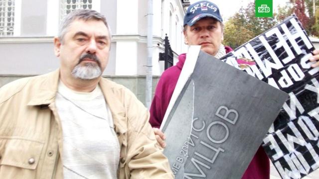 В центре Москвы активисты сняли с дома мемориальную доску Немцову