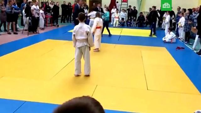 В Новгородской области мать побила сына на турнире по дзюдо: видео