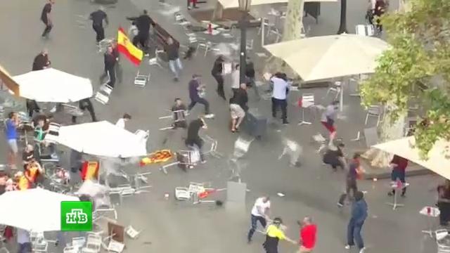 Сотни сторонников и противников единой Испании избили друг друга стульями: видео