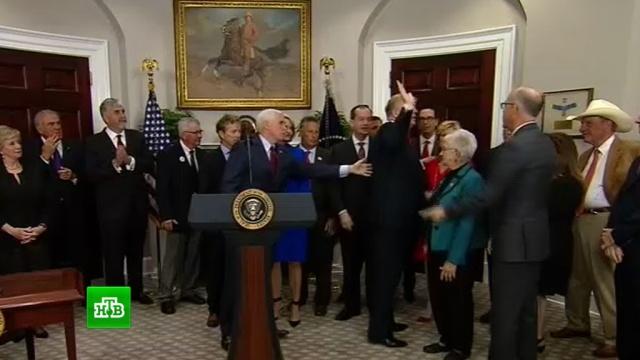 Трамп на церемонии подписания забыл о частично отменяющем Obamacare указе