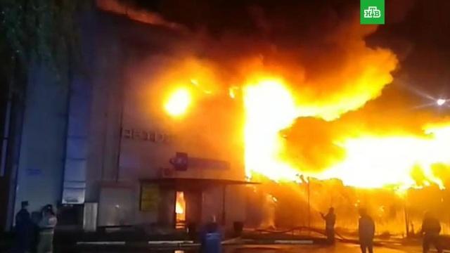 В Подмосковье пылает торговый центр: видео