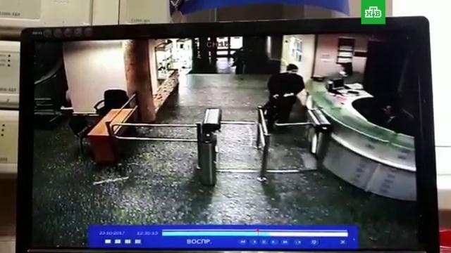 """Опубликовано видео проникновения вооруженного мужчины на радиостанцию """"Эхо Москвы"""""""