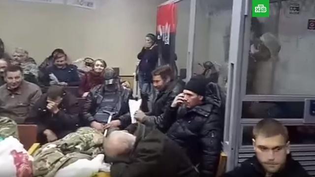 В Киеве спецназ штурмом взял захваченное националистами здание суда