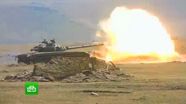 Российские военные высоко в горах провели танковую дуэль