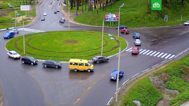 Медведев изменил правила движения по круговым перекресткам