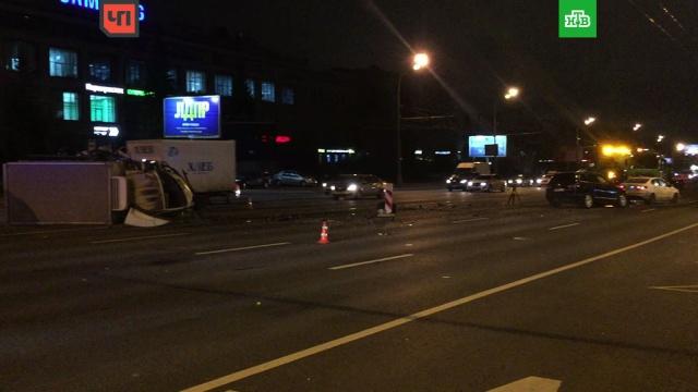 На Варшавском шоссе грузовик протаранил 2 легковушки и перевернулся