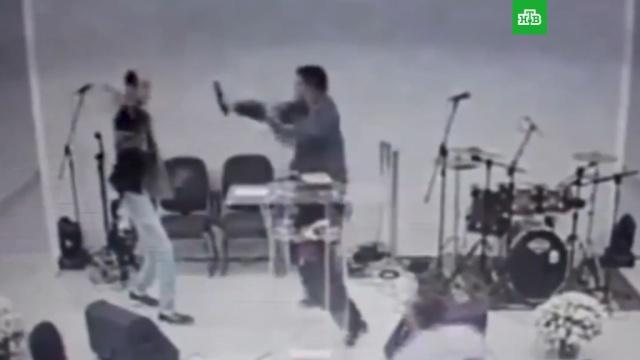 Прихожанин напал на священника с ножом в Бразилии: видео