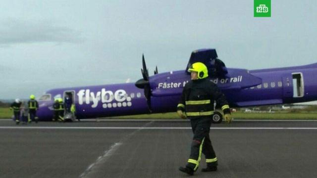 Самолет с пассажирами на борту сел в Белфасте без переднего шасси: фото