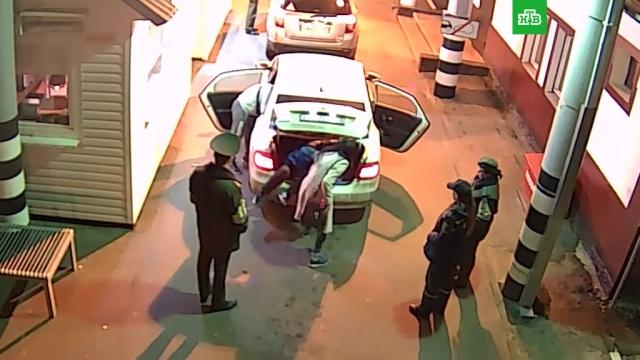 Двое россиян пытались в багажнике вывезти из Белоруссии украинку: видео