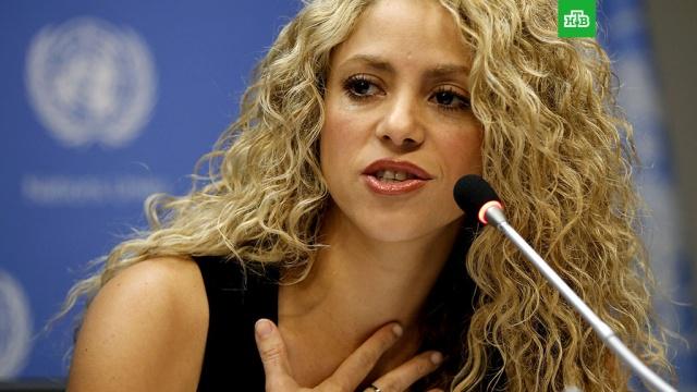 Певица Шакира отменила концерты из-за травмы