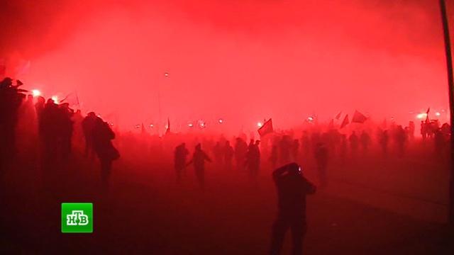 Националисты в День независимости Польши вышли на марш с файерами и петардами