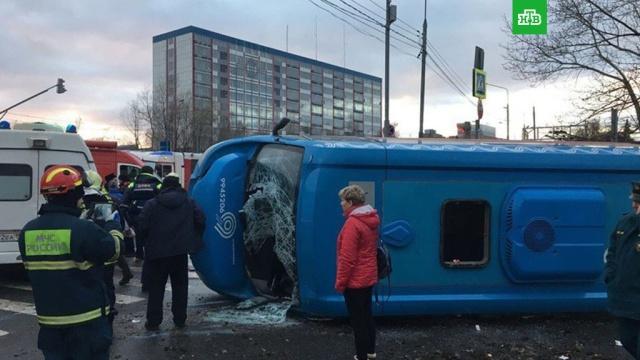 Из перевернувшейся в Москве маршрутки достали двух раненых детей