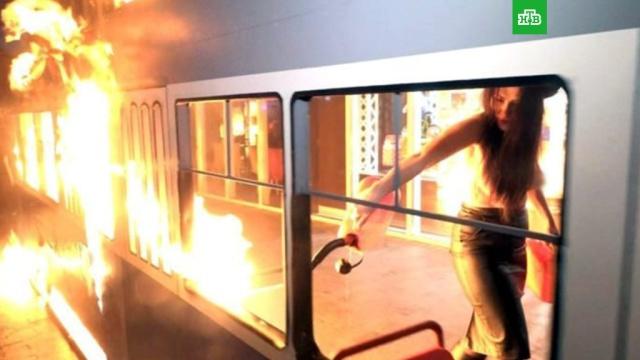 Активистка с голой грудью устроила пожар у магазина Порошенко в Виннице