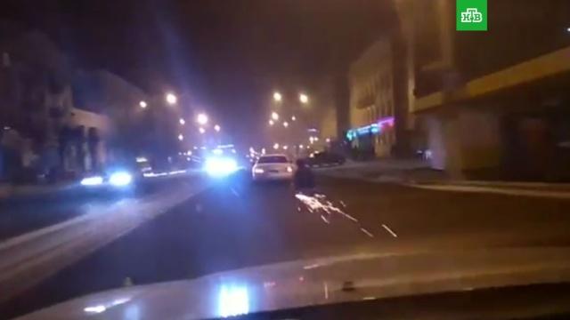 В Чите мужчина прокатился по асфальту на санях, привязанных к авто: видео