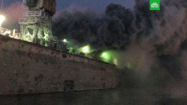 В порту Мурманска загорелся траулер