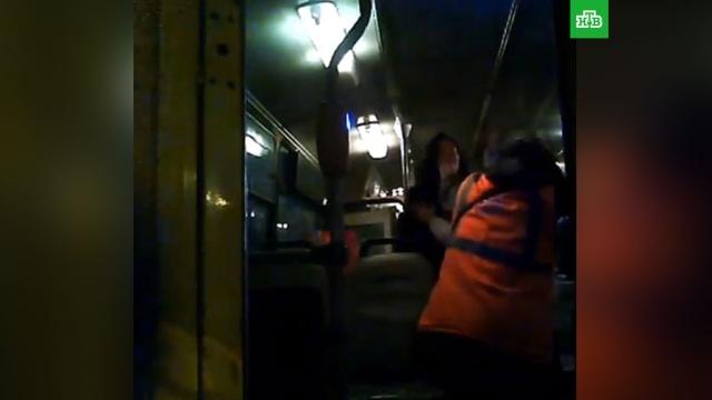 В Твери пьяные женщины жестоко избили кондуктора троллейбуса: видео