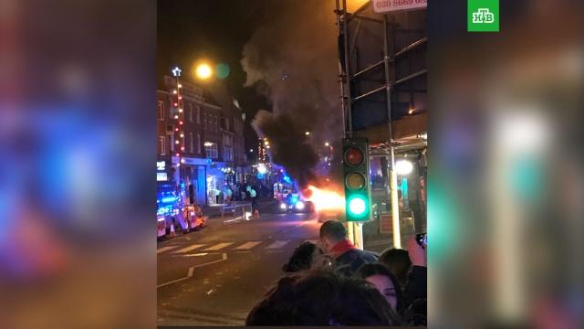 В Лондоне у рождественской ярмарки сгорел автомобиль