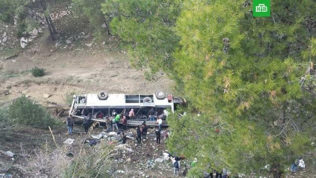 Автобус с туристами упал с обрыва в Тунисе, есть пострадавшие