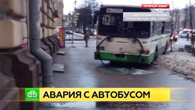 В Петербурге от удара маршрутки автобус вынесло на тротуар