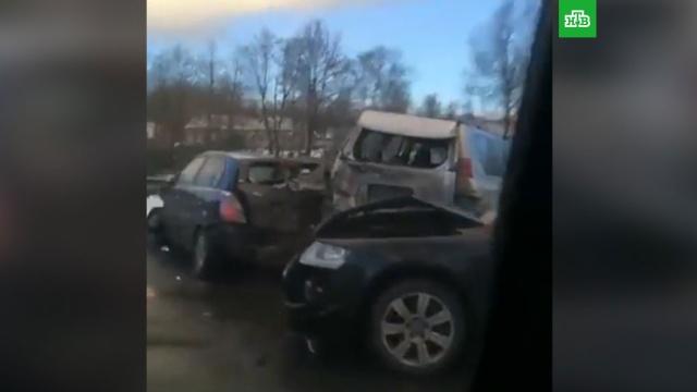 В Смоленской области из-за гололеда столкнулись 18 машин: видео с места