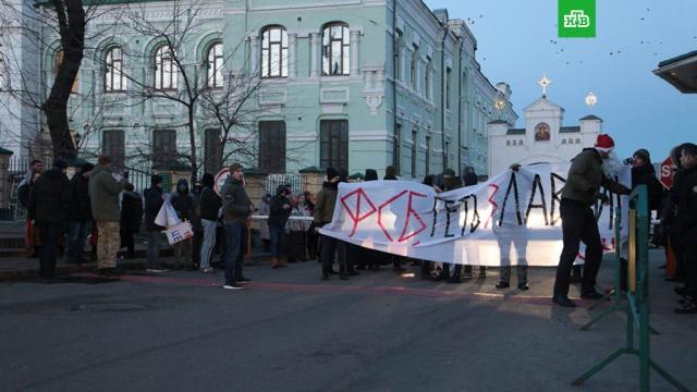 Киево-Печерская лавра заблокирована радикалами