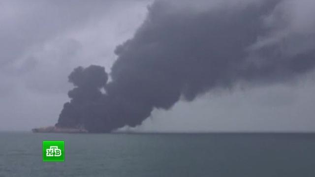 Власти сообщили об угрозе взрыва загоревшегося у побережья Китая танкера