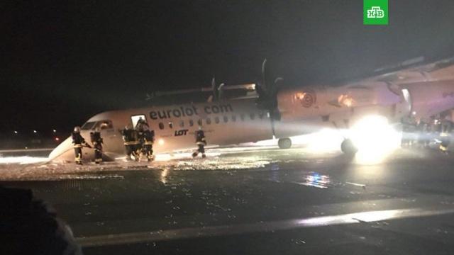 СМИ: в аэропорту Варшавы самолет совершил аварийную посадку без шасси