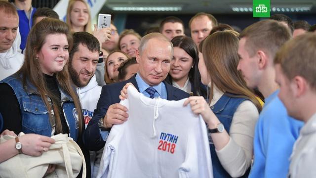 Путину подарили белую толстовку с логотипом предвыборного штаба
