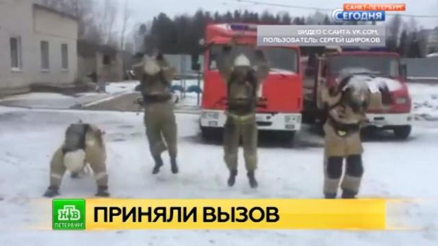 Ленинградские пожарные отжались на флешмобе