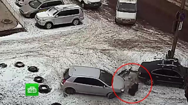 Женщина-водитель впечатала пешехода в другую машину, выезжая с парковки: видео