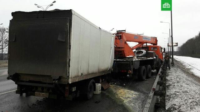 На МКАД столкнулись два грузовика, Газель и легковушка: есть пострадавшие