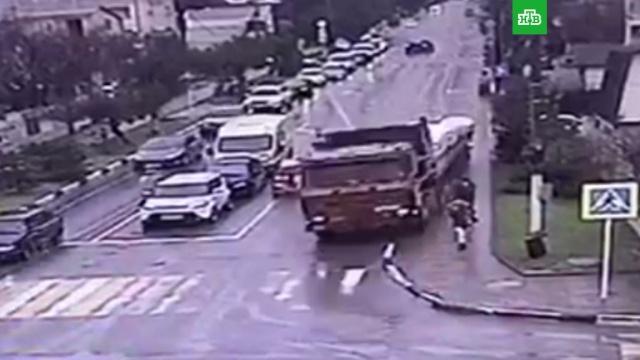 Фура с отказавшими тормозами протаранила частный дом в Геленджике: видео
