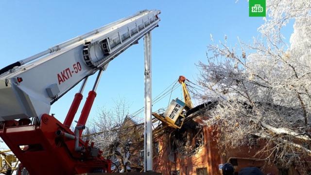 При падении крана на жилой дом в Кирове погиб один человек
