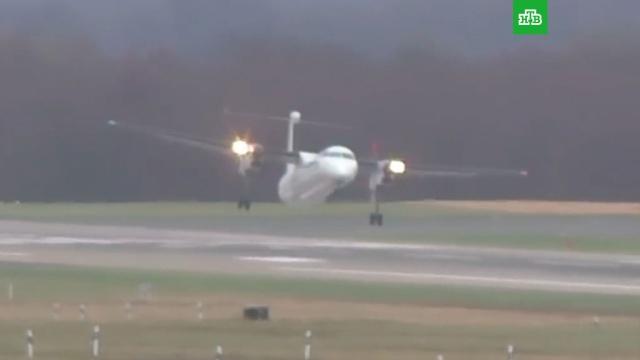 Опасную посадку самолета в сильнейший шторм в Амстердаме сняли на видео